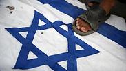 הפגנה ב פקיסטן נגד ישראל מבצע עמוד ענן דגל Photo: AFP