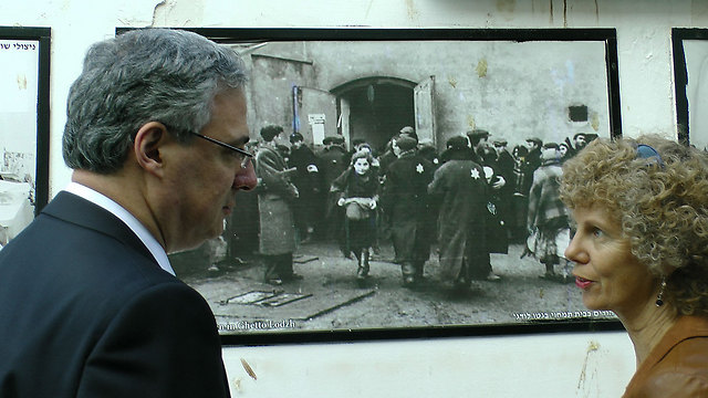 Adler next to the picture at the Holocaust survivor center (Photo: Courtesy of David Levi, Yad Ezer La Haver organization)