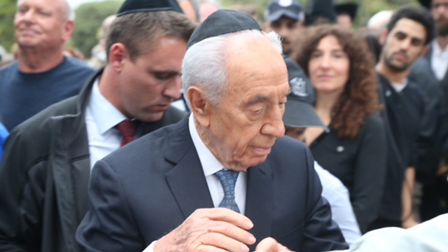 President Peres at the funeral (Photo: Motti Kimchi)