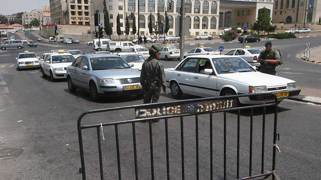 Jerusalem checkpoint set up after terror alert (Photo: Gil Yohanan)