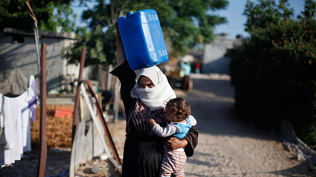 Woman in Gaza gets water from a well (Photo: Reuters) (Photo: Reuters)
