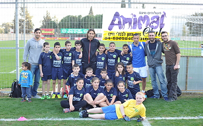 The children with Ironi Kiryat Shmona players (Photo: Adi Peretz)