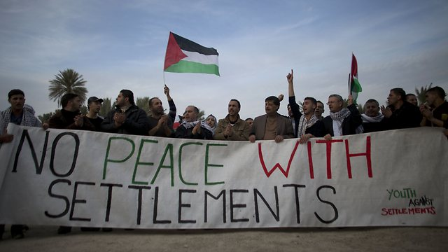 Palestinians protest settlments (Photo: AFP)