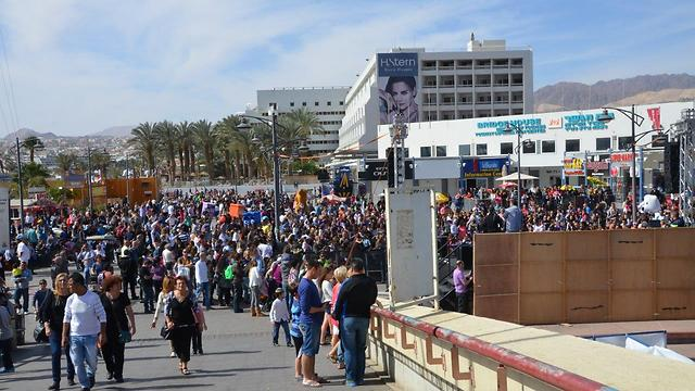 Large crowds arrived Saturday morning at the city's promenade (Photo: Meir Ohayon)