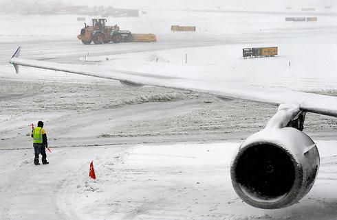 במסלול ההמראה בנמל התעופה ניוארק (צילום: AP)