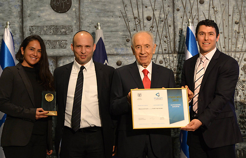 Peres (center-right) at an exporter's conference on Tuesday (Photo: Mark Neiman, GPO)
