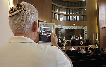 """""""היהודים בקובה הם אזרחים קובנים גאים"""". אורח מצלם בבר מצווה בהוואנה (צילום: אליעזר יערי)"""