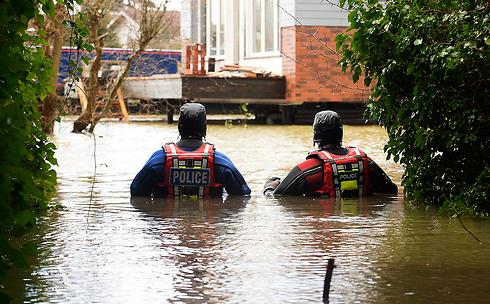 עומדים על המשמר. צוללנים של משטרת בריטניה בברקשייר (צילום: EPA)