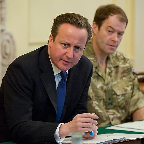 טיפול לקוי במצב? ראש הממשלה קמרון בדיון על מזג האוויר הקשה (צילום: AP)
