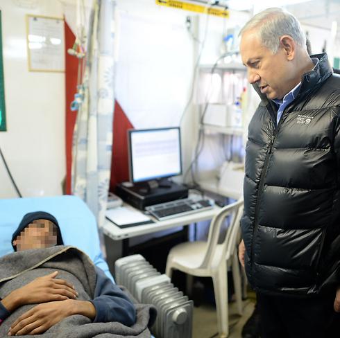 Netanyahu examining a Syrian patient (Photo: Kobi Gideon, GPO)