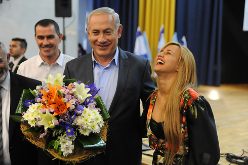 Netanyahu and former X-Factor contestant Eden Ben Zakan (Photo: Avihu Shapira)