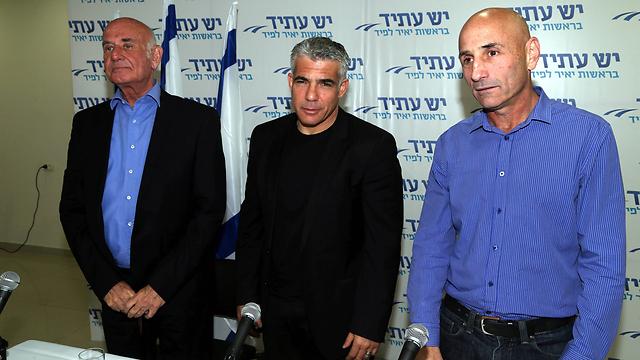 Lapid with Yesh Atid leadership (Photo: Yogev Atias)