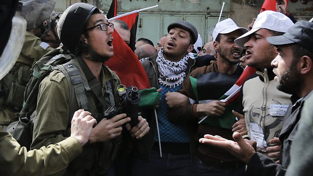 IDF, Palestinians clash in Hebron (Photo: Reuters)