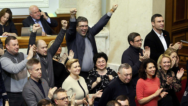 Ukranian parliament celebrates following vote to oust the president (Photo: Reuters)