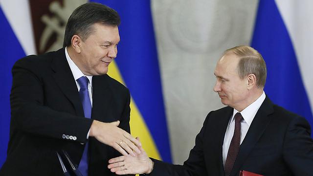 הנשיא האוקראיני ברח לרוסיה לאחר הדחתו בהתקוממות עממית ב-2014. ינוקוביץ' וחברו הטוב פוטין (צילום: EPA)