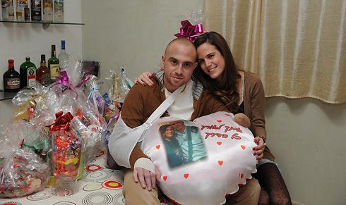 Captain Ziv Shilon and girlfriend Adi during his rehabilitation (Photo: Yisrael Yossef)