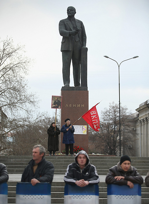 Pro-Russian citizens near a statue of Lenin in Crimea (Photo: Getty Imagebank)