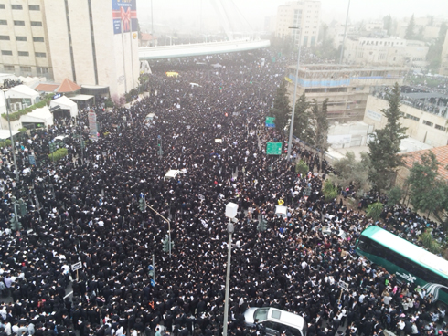 Mass haredi anti-draft protest in Jerusalem (Photo: Yaakov Tzedakah)