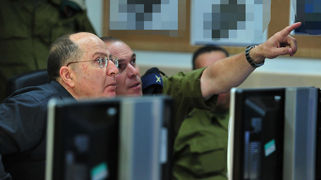 Ya'alon at command center (Photo: Ariel Hermoni,GPO)