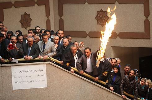 Jordanian MPs with burning Israeli flag (Photo: AP)