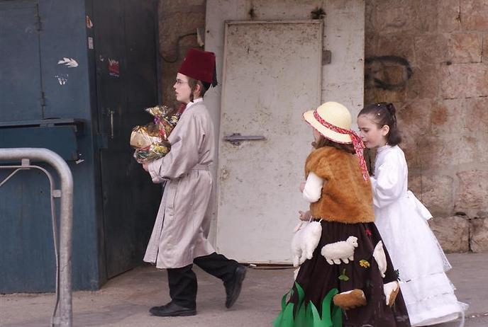 טיש פורימי. סיור בשכונות ירושלמיות (צילום: ארכיון בית שמואל)