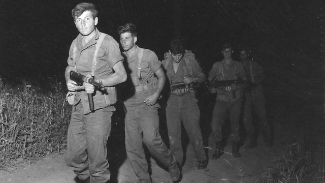 Har-Zion leads paratroopers (Photo: Bamahane Archive)