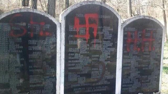 חילול בית קברות יהודי בהונגריה (צילום: Feher Gabor)