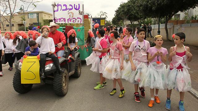 Beit Itzhak holds modest Adloyada (Photo: Ido Erez)