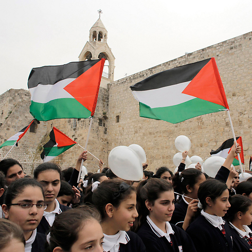 Palestinian students rallying for Abbas (Photo: Reuters)