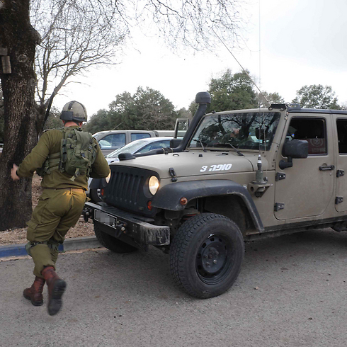 IDF soldier near site of blast (Avihu Shapira) (Photo: Avihu Shapira)