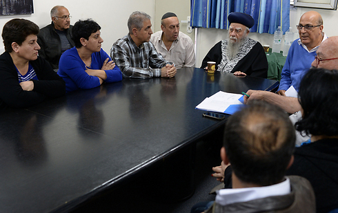 Rabbi Eliyahu Bakshi-Doron with the families of the missing Iranian Jews (Photo: Koby Gideon/GPO)