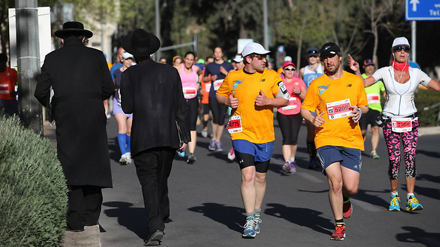 Haredim make way for runners (Photo: Gil Yohanan)