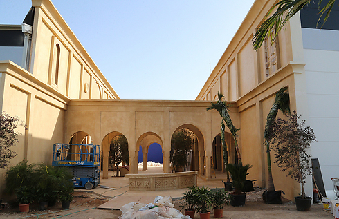 First peek. Assad's palace in Kfar Saba (Photo: Tzvika Tishler)