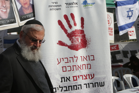 Father of terror victim Ruth Fogel at protest tent, Tuesday (Photo: Alex Kolomoisky, Yedioth Ahronoth)
