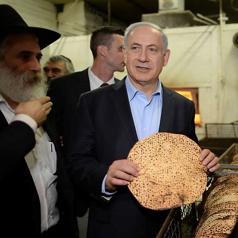 Prime Minister Netanyahu  showing off his matzah (Photo: Kobi Gideon, GPO)
