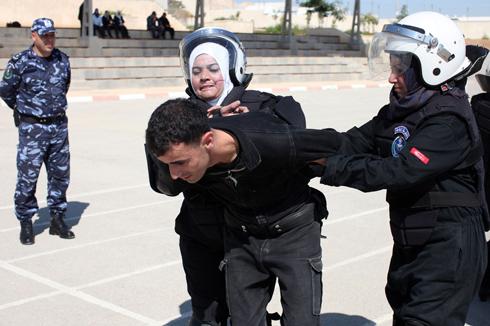 הנשים פועלות, הגברים צופים (צילום: AFP)