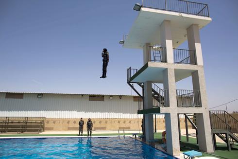 אחת קפצה - וטבעה (צילום: AFP)