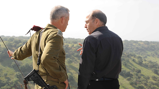Defense Minister Moshe Ya'alon and Chief of Staff Benny Gantz facing a major budget crisis. (Photo: Avihu Shapira) (Photo: Avihu Shapira)