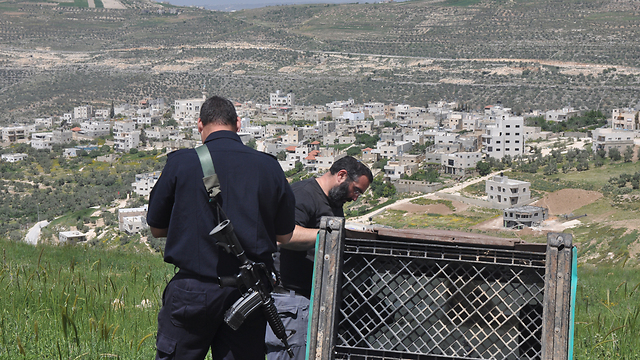 Police officers at Yitzhar, following settlers' attack (Photo: George Ginsburg) (Photo: George Ginsburg)