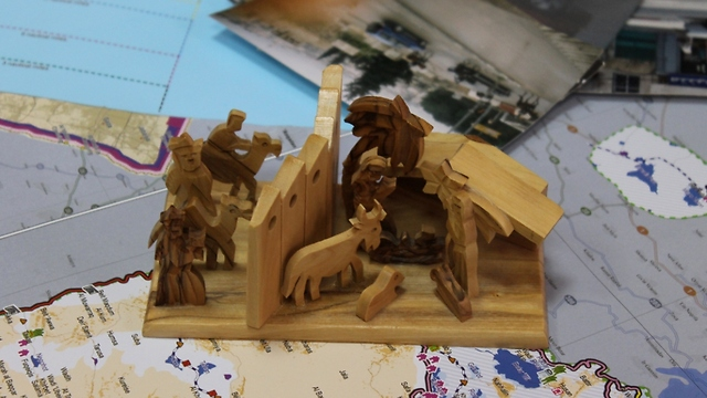 Wooden scene of the birth of Jesus and the wall (Photo: Margarita Erbach)