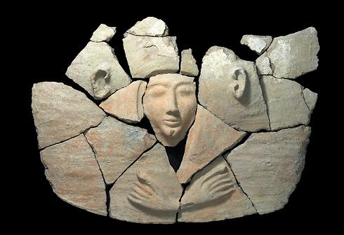 הממצאים בתוך ארון הקבורה ( צילום: קלרה עמית, באדיבות רשות העתיקות )