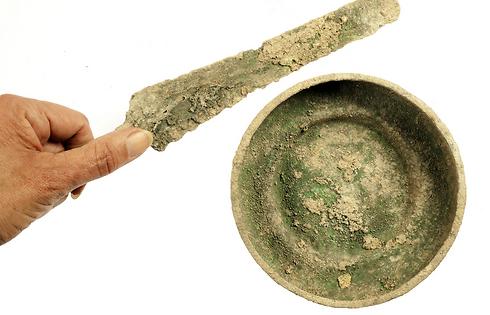 פגיון וקערת ברונזה (צילום: קלרה עמית, באדיבות רשות העתיקות )