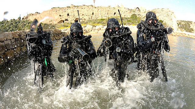 צוללים מהשייטת ליד המבצר (צילום: גדי קבלו)