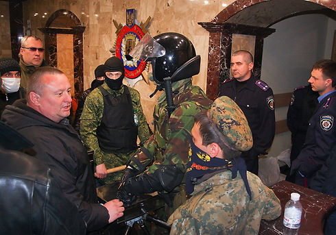 Ukrainian soldiers and pro-Russians activists in Donetsk (Photo: EPA)