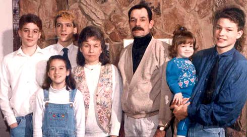 """הלל את ה""""גזע הלבן"""". מילר ומשפחתו ()"""