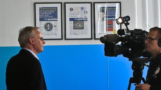 יואן מקסקיל שזכה בפוליצר מטעם הצוות של הגרדיאן מתראיין אחרי ההודעה על הזכייה  (צילום: AP)