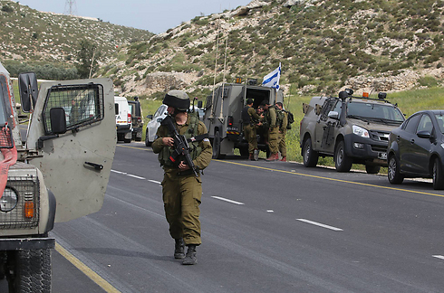 IDF soldiers at the scene of the attack (Photo: Gil Yohanan)