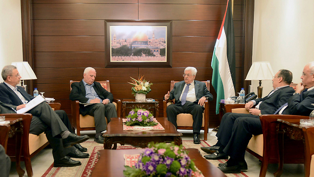 Abbas meeting with Fatah delegation to Gaza (Photo: AFP)