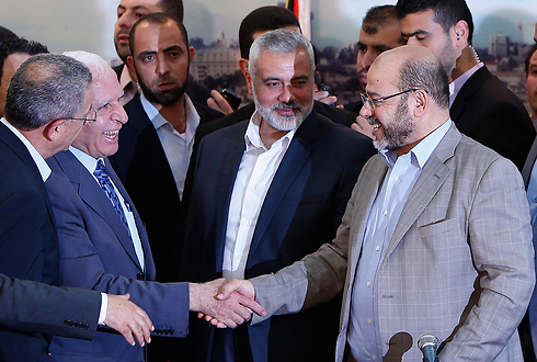 A reconciliation meeting between Fatah and Hamas (Photo: Reuters)