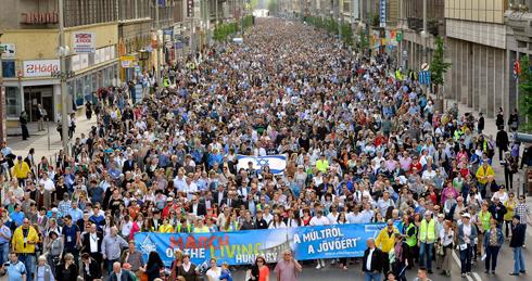 מצעד ה חיים לזכר ה שואה ב בודפשט הונגריה Photo: EPA